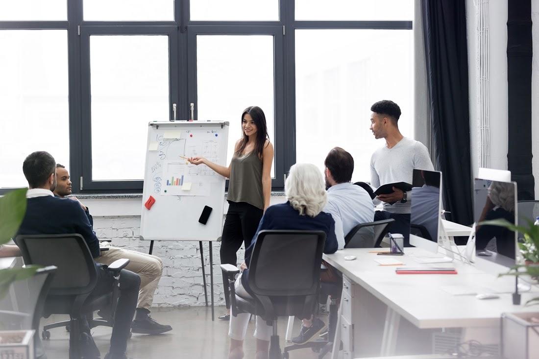 A design thinking módszertana és a designgondolkodásmód jelentése fókuszba kerül egy értekezleten.