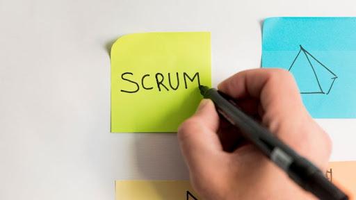 A scrum módszertan előre meghatározott szerepkörökből, eseményekből, munkaanyagokból és szabályokból áll